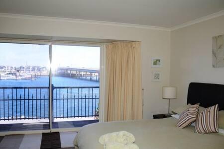Port Adelaide Waterfront Apartment - Port Adelaide - Lejlighed