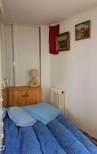 Lit d'appoint dans une petite chambre - Brionne - บ้าน