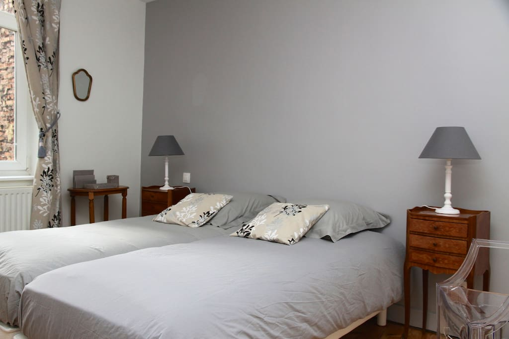 chambre place du th atre arras bed and breakfasts for rent in arras nord pas de calais. Black Bedroom Furniture Sets. Home Design Ideas