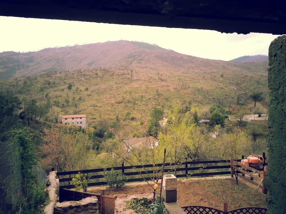 Vista desde el balcón a la montaña.
