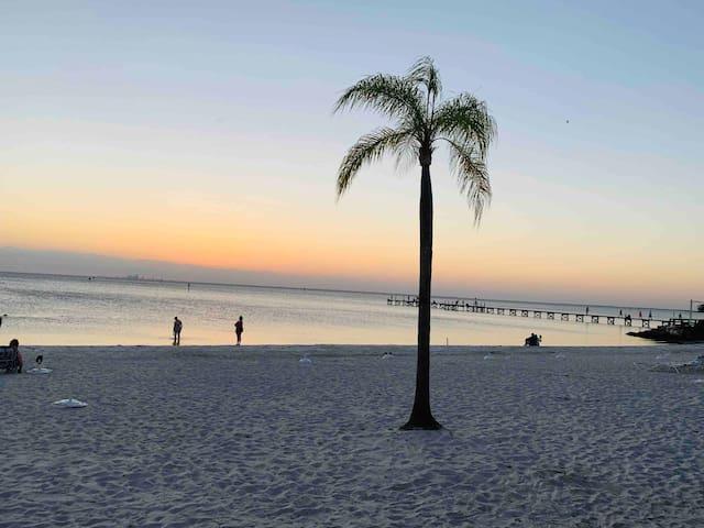 BEACH RETREAT CORNER w/BAY SUNSET VIEW (2nd fl)410