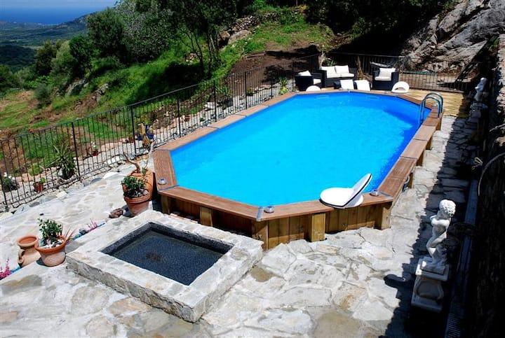 Mini villa avec piscine chauffée en corse