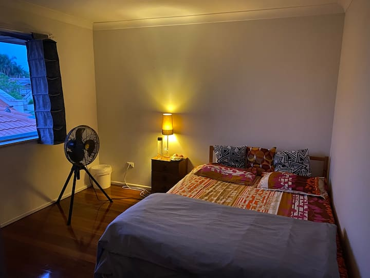 Fantastic room with ample light and breeze.