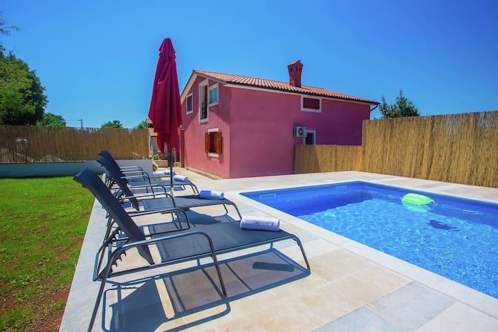 Vrijstaand verzorgd vakantiehuis met tuin en privé zwembad, 6 km van Visnjan