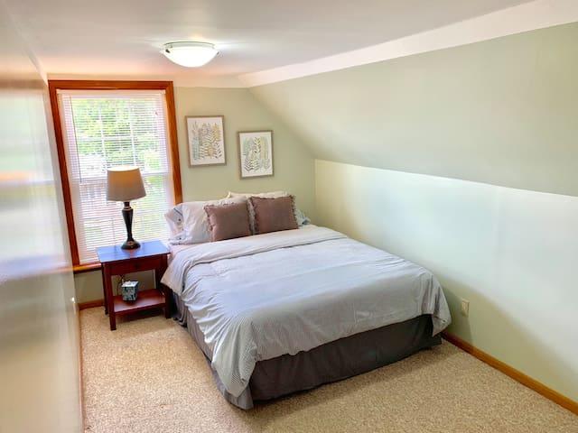Updated 3rd floor Queen Room Near Downtown [6d]