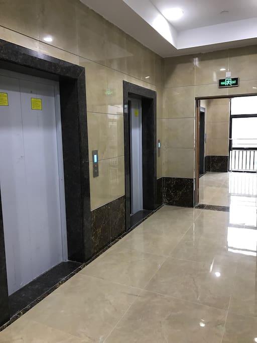 电梯过道,共有4台电梯
