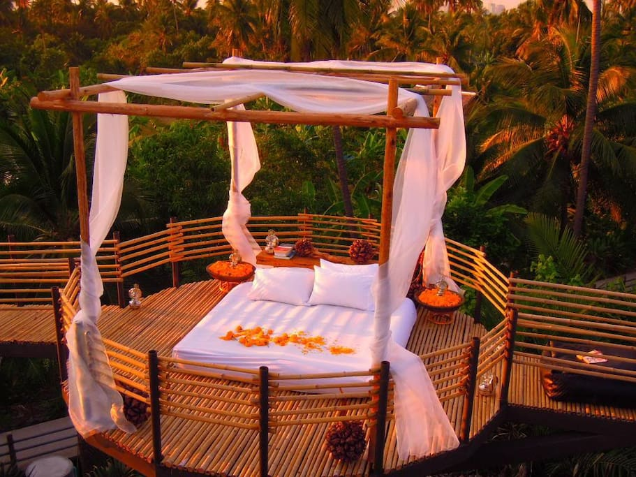 Treetop: Romantic space with spectacular view. (Pillow and blanket provided)