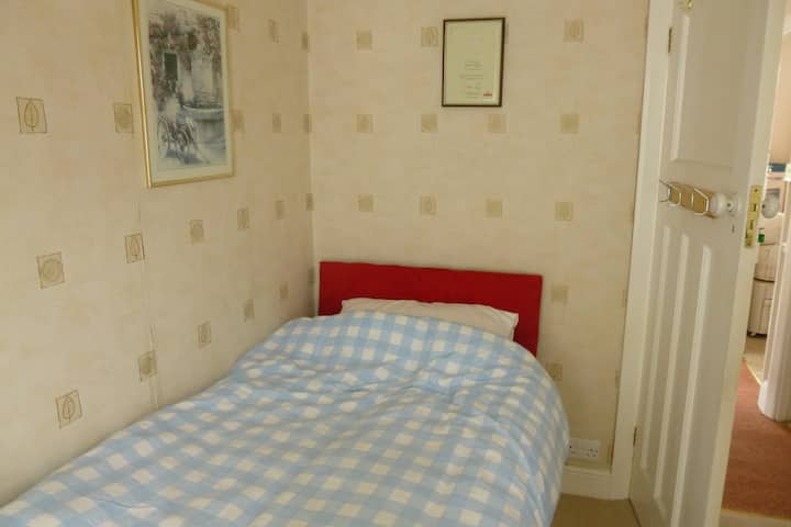 GIDEA PARK   ESSEX    SINGLE ROOM