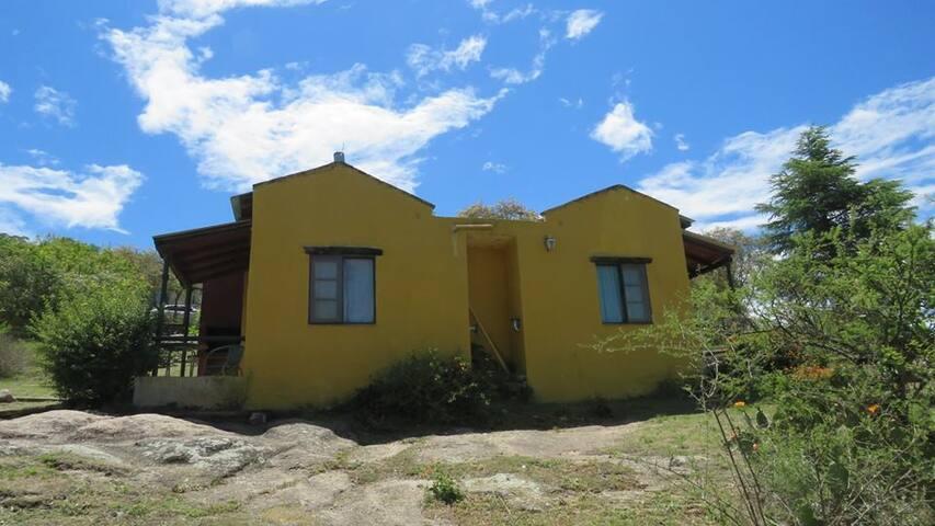 Cabañas para 2 personas con cocina completa, baño privado y parrilla.