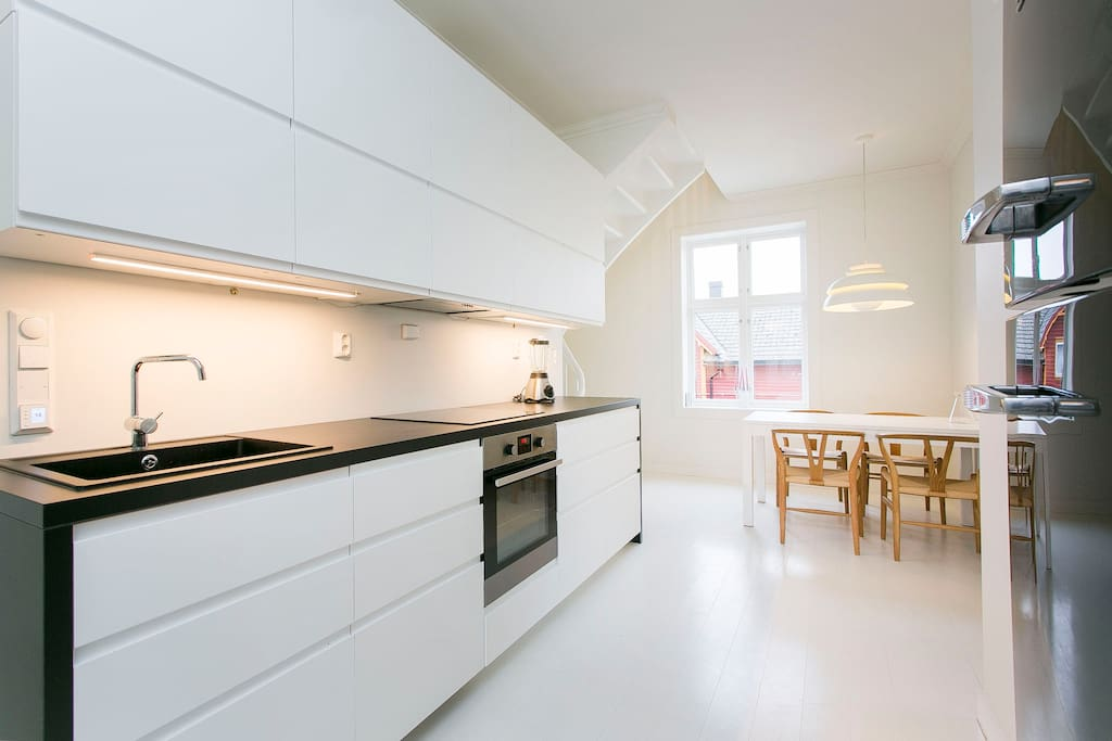 Moderne kjøkken med koselig spiseplass