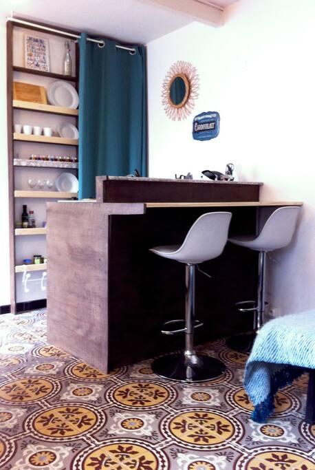 La cuisine et son mini bar...