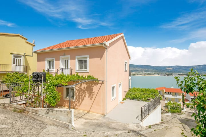 Restful Apartment in Mastrinka near Beach and Town Centre