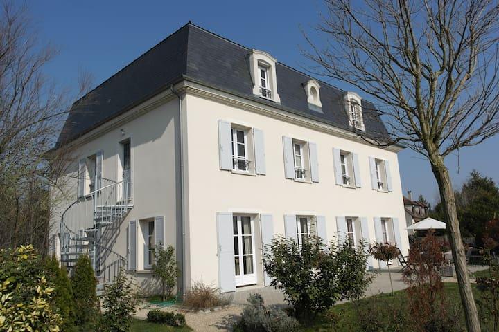 Villa mansard gite 1 appartementen te huur in villennes sur seine le de france frankrijk - Badkamer mansard ...