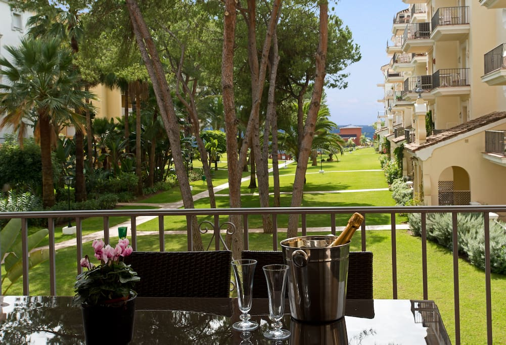 Sea view dining on the lounge balcony....Follow the garden path to reach the beach.