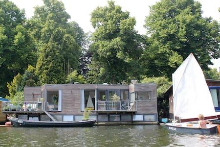 Sunny houseboat + motorboat Utrecht/centre