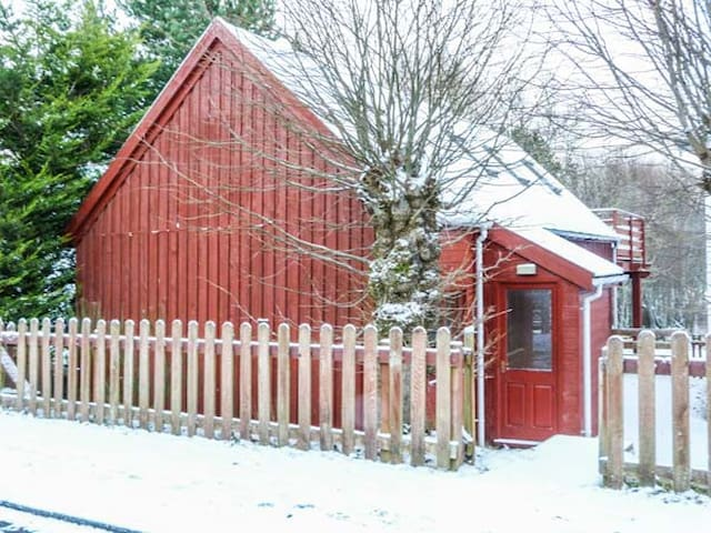 STRATHAVON CHALET, pet friendly in Aviemore, Ref 930936