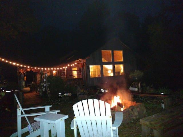 Kid-Dog Friendly/Wood Stove/Fire Pit/BBQ/Deck/WiFi