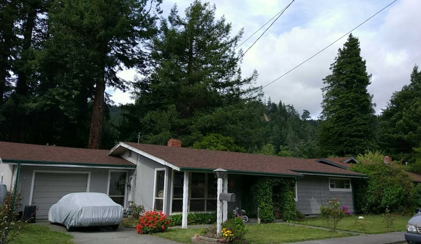 Beautiful 2 BR Home on the Majestic Eel River - Rio Dell - Huis