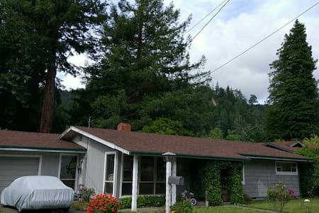 Beautiful 2 BR Home on the Majestic Eel River - Rio Dell - Rumah