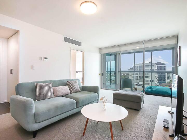 Modern Apartment Close to CBD | Parking & Pool