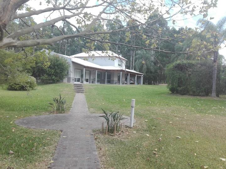 Casa en bosque con excelente acceso y seguridad