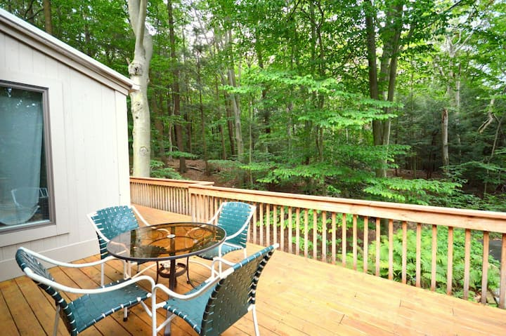 Baileys Beach Retreat - Wooded and Quiet Area Close to Lake Michigan