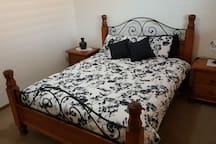 QUEEN SIZE BED & SIDE DRAWS