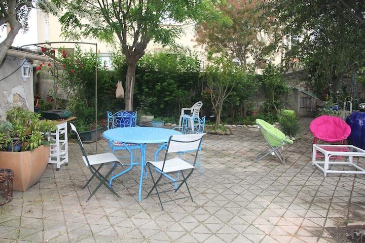 Maison individuelle à Millau avec jardin privé.