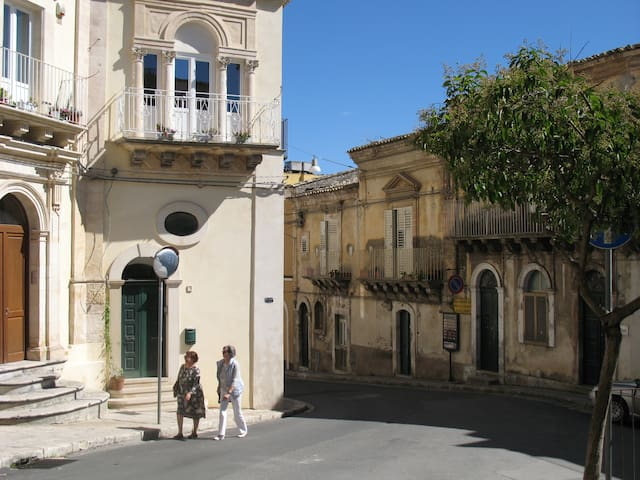 Esterno su Corso Italia