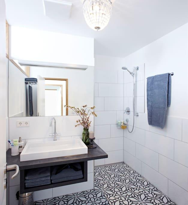 Geräumiges helles Bad mit bodengleicher Dusche