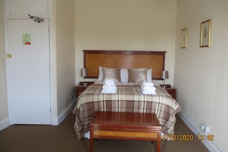 Ensuite Double room with Bath at the Lion Hotel