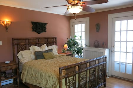 Sunny Guest Bedroom for Two with Private Bath - Great Neck