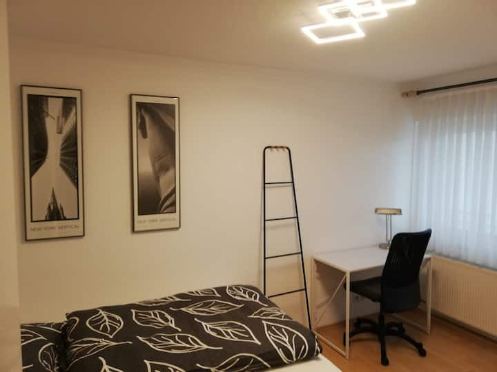 ruhiges, gut ausgestattetes Zimmer