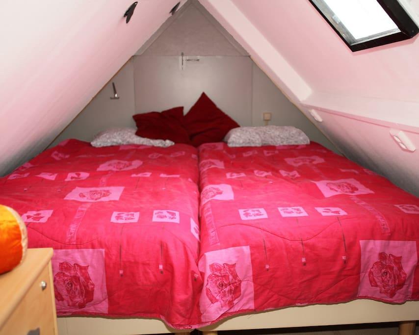 slaapzolder met 2 comfortabele hotelbedden