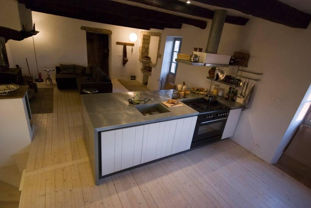 de woonkamer met keuken eiland