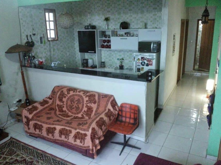 a sala com cozinha americana, corredor com os quartos e o banheiro no fundo