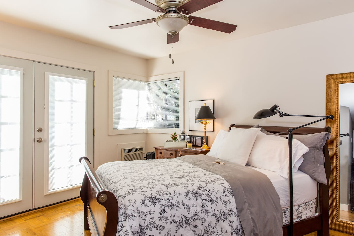 Light and airy room with garden view, good reading light, overhead fan. Close the blinds  and you have the calm of low light and a call to a snuggle in morning or leave them open to your private fenced patio for a morning garden greeting - have it your way