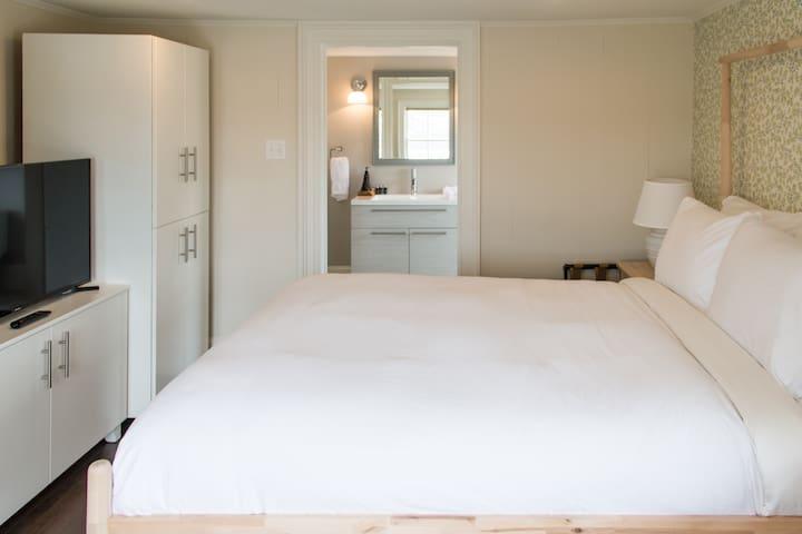Historical Russelltown Inn - White Suite