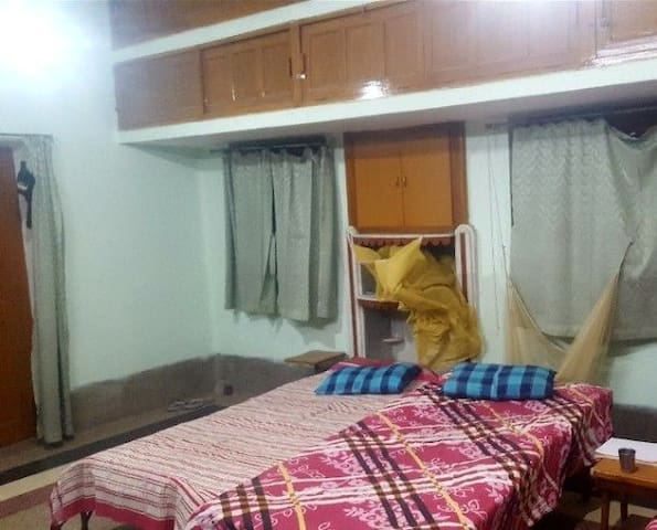 FURNISHED ROOM FOR FAMILY AND WORKING PROFESSIONAL