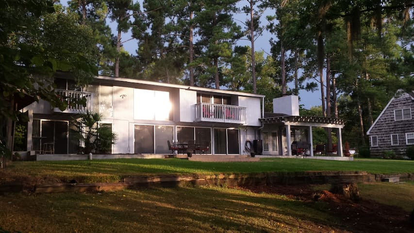 Stunning, stylish and beyond relaxing lake resort - Waynesboro
