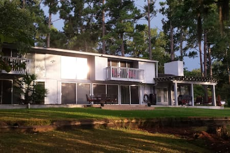 Stunning, stylish and beyond relaxing lake resort - Waynesboro - House