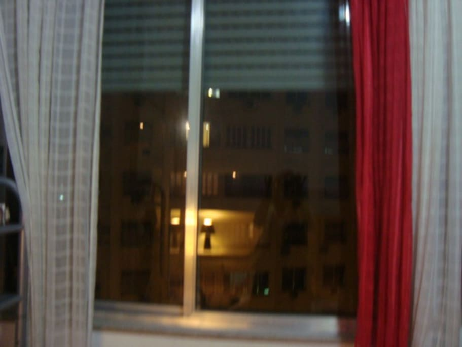 Quarto de frente com janela antiruído