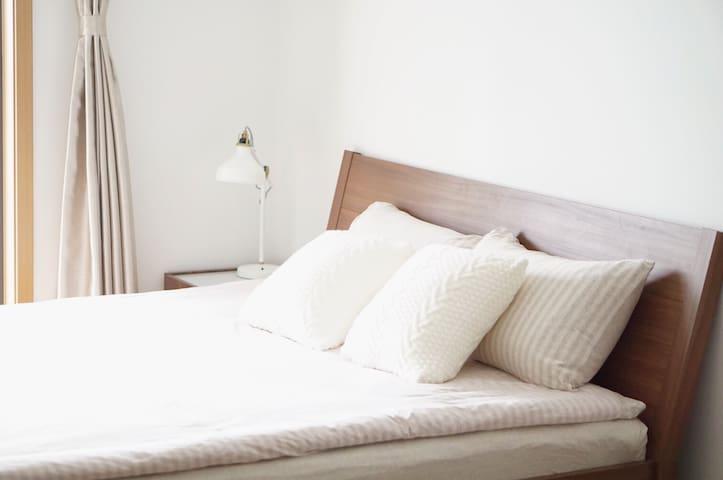 我们有干净舒适的床品,一客一换~