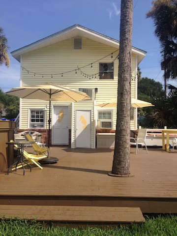 Beach bungalow with pool! - 富麗海灘(Folly Beach) - 公寓
