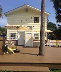 Beach bungalow with pool! - 폴리 비치(Folly Beach) - 아파트