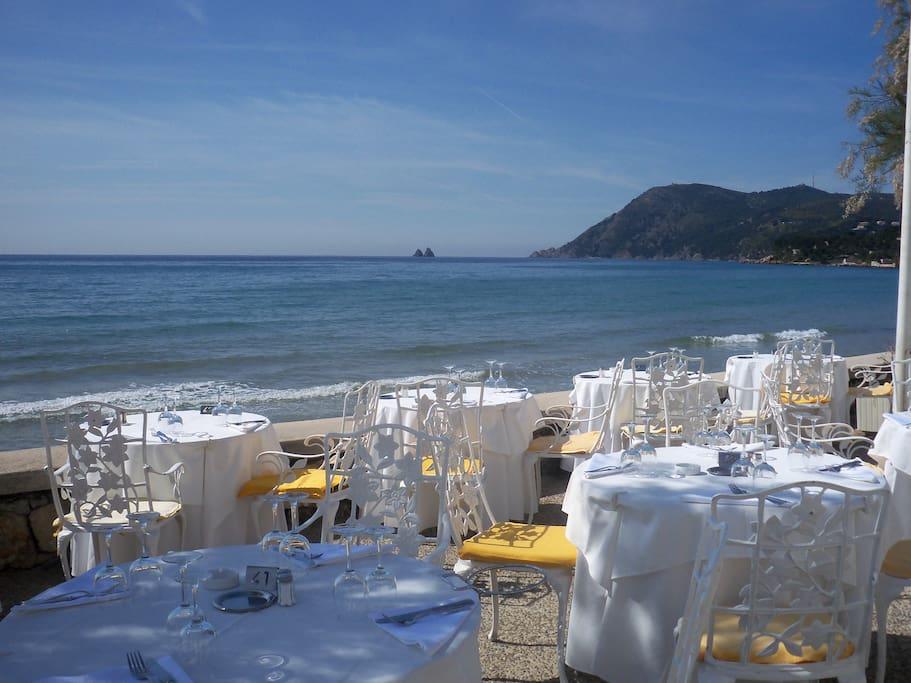 Restaurants sur la plage des Sablettes.