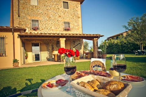 Good wine, excellent oil : TUSCANY