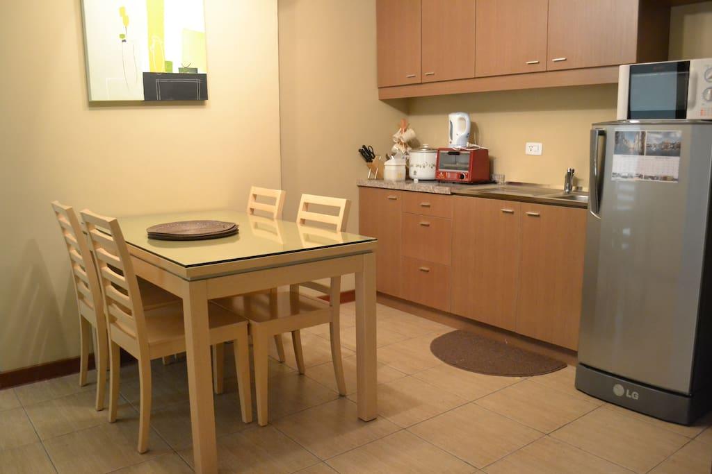 Dining & kitchenette