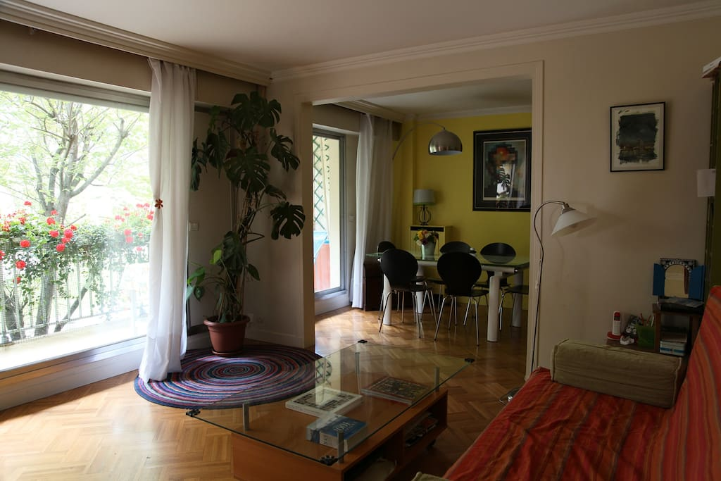 Double living room with double acces to the balcony and view on the garden