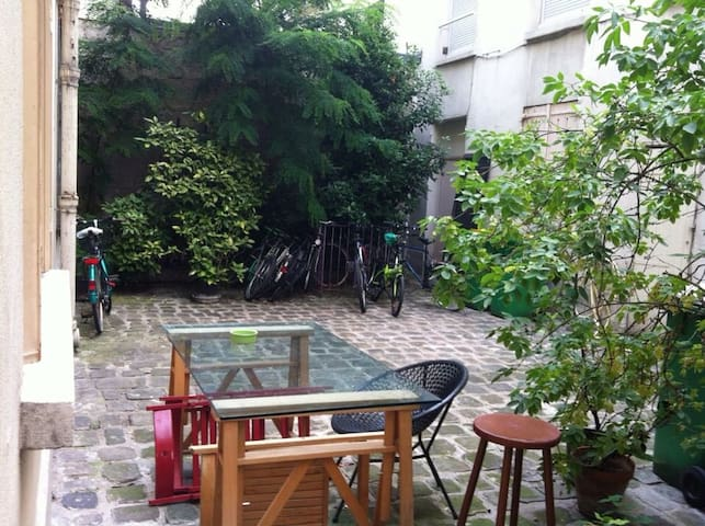 Room in a quiet place in Bastille area.
